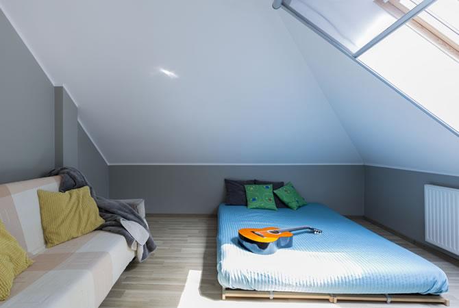 Woonkamer Op Zolder : Schuine muur woonkamer. simple decor stenen muur woonkamer moderne